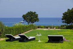Территория. Кипр, Пернера : Комплекс из двух вилл с 8 спальнями, с открытым бассейном, большой зеленой территорией, пляжным волейболом и панорамным видом на море
