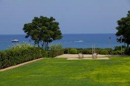 Развлечения и отдых на вилле. Кипр, Пернера : Комплекс из двух вилл с 8 спальнями, с открытым бассейном, большой зеленой территорией, пляжным волейболом и панорамным видом на море