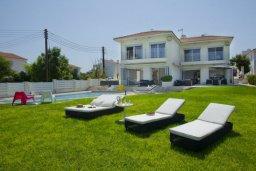 Фасад дома. Кипр, Пернера : Комплекс из двух вилл с 8 спальнями, с открытым бассейном, большой зеленой территорией, пляжным волейболом и панорамным видом на море