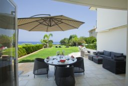 Обеденная зона. Кипр, Пернера : Комплекс из двух вилл с 8 спальнями, с открытым бассейном, большой зеленой территорией, пляжным волейболом и панорамным видом на море