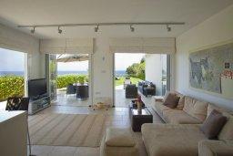 Гостиная. Кипр, Пернера : Комплекс из двух вилл с 8 спальнями, с открытым бассейном, большой зеленой территорией, пляжным волейболом и панорамным видом на море
