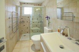 Ванная комната. Кипр, Пернера : Комплекс из двух вилл с 8 спальнями, с открытым бассейном, большой зеленой территорией, пляжным волейболом и панорамным видом на море