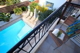 Балкон. Кипр, Коннос Бэй : Двухэтажная вилла с 2-мя спальнями, с большим открытым плавательным бассейном и барбекю