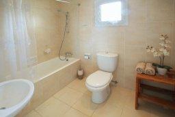 Ванная комната. Кипр, Коннос Бэй : Двухэтажная вилла с 2-мя спальнями, с большим открытым плавательным бассейном и барбекю