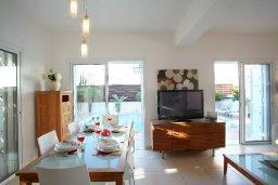 Обеденная зона. Кипр, Коннос Бэй : Двухэтажная вилла с 2-мя спальнями, с большим открытым плавательным бассейном и барбекю
