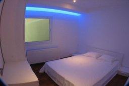 Спальня 2. Кипр, Какопетрия : Эксклюзивная роскошная вилла с 5-ю спальнями, большим частным бассейном с подогревом, тренажерным залом, расположена в окружении пышного соснового леса