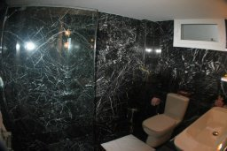 Ванная комната. Кипр, Какопетрия : Эксклюзивная роскошная вилла с 5-ю спальнями, большим частным бассейном с подогревом, тренажерным залом, расположена в окружении пышного соснового леса