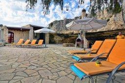 Зона отдыха у бассейна. Кипр, Корал Бэй : Удивительная вилла в деревенском стиле в окружении скал и деревьев, с 4-мя спальнями, с открытым бассейном и джакузи