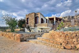 Фасад дома. Кипр, Корал Бэй : Удивительная вилла в деревенском стиле в окружении скал и деревьев, с 4-мя спальнями, с открытым бассейном и джакузи
