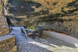Терраса. Кипр, Корал Бэй : Удивительная вилла в деревенском стиле в окружении скал и деревьев, с 4-мя спальнями, с открытым бассейном и джакузи