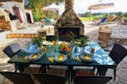 Обеденная зона. Кипр, Корал Бэй : Удивительная вилла в деревенском стиле в окружении скал и деревьев, с 4-мя спальнями, с открытым бассейном и джакузи
