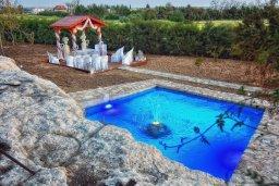 Территория. Кипр, Корал Бэй : Удивительная вилла в деревенском стиле в окружении скал и деревьев, с 4-мя спальнями, с открытым бассейном и джакузи