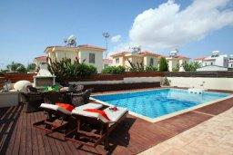 Зона отдыха у бассейна. Кипр, Нисси Бич : Красивая вилла с 2-мя спальням, с большим частным бассейном, традиционной глиняной печью и частной парковкой