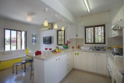 Кухня. Кипр, Санрайз Протарас : Красивая двухэтажная вилла с 3-мя спальнями,  с большим открытым бассейном, расположена в тихом месте Протараса и идеально подходит для семейного отдыха