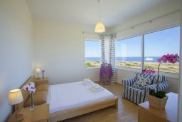 Спальня. Кипр, Фиг Три Бэй Протарас : Новая элегантная вилла с 3-мя спальнями, с частным открытым бассейном, расположена на побережье Протараса
