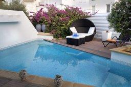 Зона отдыха у бассейна. Кипр, Фиг Три Бэй Протарас : Потрясающая вилла класса люкс с 3-мя спальнями, окруженная прекрасным средиземноморским садом, расположена в тихом месте Протараса, на берегу моря