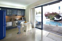 Кухня. Кипр, Фиг Три Бэй Протарас : Потрясающая вилла класса люкс с 3-мя спальнями, окруженная прекрасным средиземноморским садом, расположена в тихом месте Протараса, на берегу моря