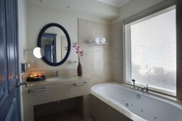 Ванная комната. Кипр, Фиг Три Бэй Протарас : Потрясающая вилла класса люкс с 3-мя спальнями, окруженная прекрасным средиземноморским садом, расположена в тихом месте Протараса, на берегу моря