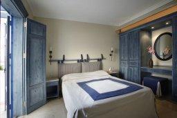Спальня. Кипр, Фиг Три Бэй Протарас : Потрясающая вилла класса люкс с 3-мя спальнями, окруженная прекрасным средиземноморским садом, расположена в тихом месте Протараса, на берегу моря