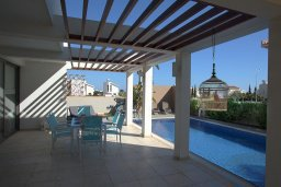 Терраса. Кипр, Ионион - Айя Текла : Современная двухэтажная вилла с 3-мя спальнями, открытым бассейном, патио и красивым садом, расположена в тихом, охраняемом комплексе