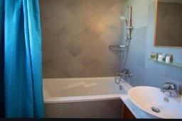 Ванная комната 2. Кипр, Ионион - Айя Текла : Современная двухэтажная вилла с 3-мя спальнями, открытым бассейном, патио и красивым садом, расположена в тихом, охраняемом комплексе
