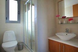 Ванная комната. Кипр, Ионион - Айя Текла : Современная двухэтажная вилла с 3-мя спальнями, открытым бассейном, патио и красивым садом, расположена в тихом, охраняемом комплексе