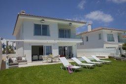 Фасад дома. Кипр, Пернера : Прекрасная вилла на берегу моря с 6-ю спальнями, с частным открытым бассейном, большой зеленой территорией и подземной парковкой и изумительным видом на побережье