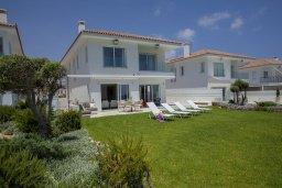 Территория. Кипр, Пернера : Прекрасная вилла на берегу моря с 6-ю спальнями, с частным открытым бассейном, большой зеленой территорией и подземной парковкой и изумительным видом на побережье