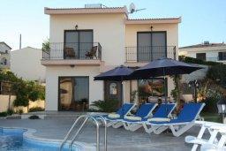 Зона отдыха у бассейна. Кипр, Писсури : Очаровательная вилла с 3-мя спальнями для 6-ти человек с бассейном, окруженная ухоженным зеленым садом