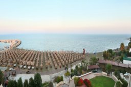 Ближайший пляж. Кипр, Ларнака город : Современный апартамент на берегу моря с 2-мя спальнями и с балконом с потрясающим видом на Средиземное море