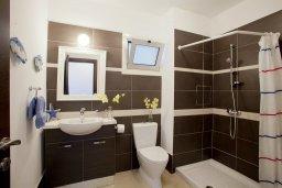 Ванная комната. Кипр, Пернера Тринити : Красивый апартамент с 3-мя спальнями на берегу моря, с барбекю и частным патио, отлично подходит для семейного отдыха