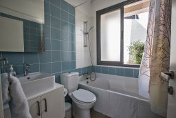 Ванная комната 2. Кипр, Лачи : Прекрасная вилла с 3-мя спальнями, с панорамным видом на Средиземное море, с открытым плавательным бассейном, патио и барбекю