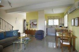 Гостиная. Кипр, Каппарис : Таунхаус с 2-мя спальнями и патио, в комплексе с открытым бассейном, спа-центром и тренажерным залом