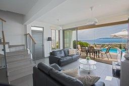 Гостиная. Кипр, Лачи : Красивая современная вилла с 3-мя спальнями, с панорамным видом на Средиземное море и с частным бассейном