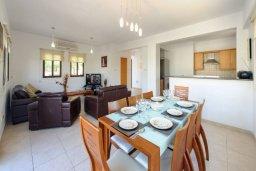 Обеденная зона. Кипр, Санрайз Протарас : Современная вилла с 3-мя спальнями, с открытым частным бассейном и прекрасным садом с пальмами