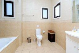 Ванная комната. Кипр, Санрайз Протарас : Современная вилла с 3-мя спальнями, с открытым частным бассейном и прекрасным садом с пальмами