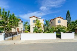 Вид на виллу/дом снаружи. Кипр, Санрайз Протарас : Современная вилла с 3-мя спальнями, с открытым частным бассейном и прекрасным садом с пальмами