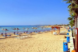Пляж Agia Thekla beach в Айя Текле в районе пляжа Sirens beach