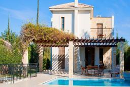 Кипр, Афродита Хиллз : Вилла с 2-мя спальнями, с бассейном, с зелёным садом с патио и барбекю, расположена в Афродита Хиллз
