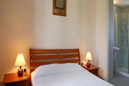 Кипр, Афродита Хиллз : Уютная вилла с 2-мя спальнями, в комплексе с бассейном и зелёным садом,  расположена в Афродита Хиллз