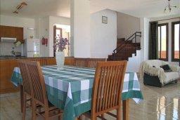 Обеденная зона. Кипр, Полис город : Вилла с 2-мя спальнями, с бассейном, приватным двориком с барбекю, расположена в Лачи