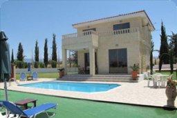 Фасад дома. Кипр, Полис город : Вилла с 2-мя спальнями, с бассейном, приватным двориком с барбекю, расположена в Лачи
