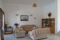 Гостиная. Кипр, Полис город : Вилла с видом на море, с 2-мя спальнями, с бассейном, зелёным садом с патио и барбекю, расположена в Лачи