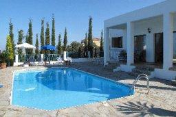 Бассейн. Кипр, Полис город : Вилла с 2-мя спальнями, с бассейном,  зелёной территорией с патио и барбекю, расположена в Лачи