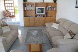 Гостиная. Кипр, Полис город : Вилла с 2-мя спальнями, с бассейном, зелёной территорией, с патио и барбекю, расположена в Лачи