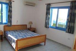 Спальня. Кипр, Полис город : Вилла с 2-мя спальнями, с бассейном, зелёной территорией, с патио и барбекю, расположена в Лачи