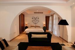 Спальня. Кипр, Св. Рафаэль Лимассол : Таунхаус с 2-мя спальнями, в комплексе с бассейном, расположен в Лимассоле