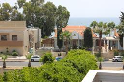 Вид на море. Кипр, Мутаяка Лимассол : Апартамент с большой гостиной и тремя отдельными спальнями, для 5 человек