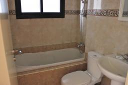Ванная комната. Кипр, Мутаяка Лимассол : Апартамент с большой гостиной и тремя отдельными спальнями, для 5 человек