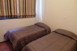 Спальня. Кипр, Мутаяка Лимассол : Апартамент с большой гостиной и тремя отдельными спальнями, для 5 человек